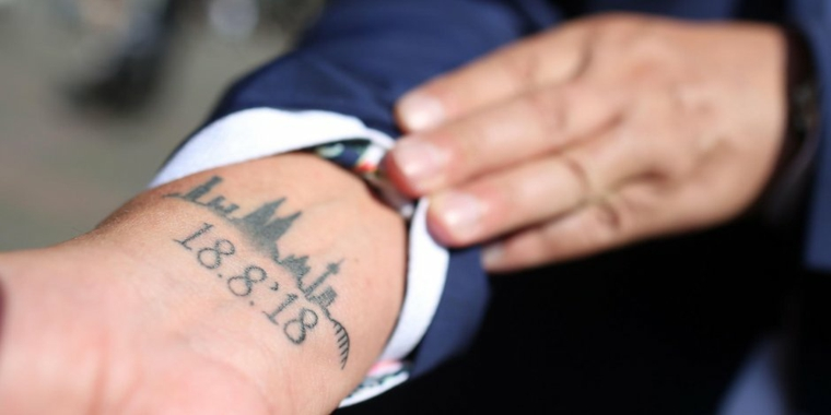 Tatuaggi significati profondi, tattoo sul polso della mano, tatuaggio con data e disegno