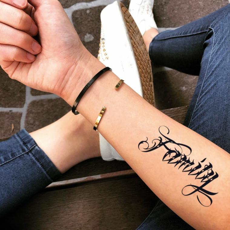 Tatuaggio temporaneo con scritta, scritta tattoo family, tattoo sull'avambraccio