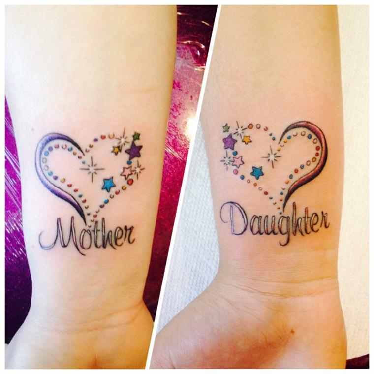 Tatuaggi per mamma e figlia, disegno tattoo cuore colorato, scritta polso della mano