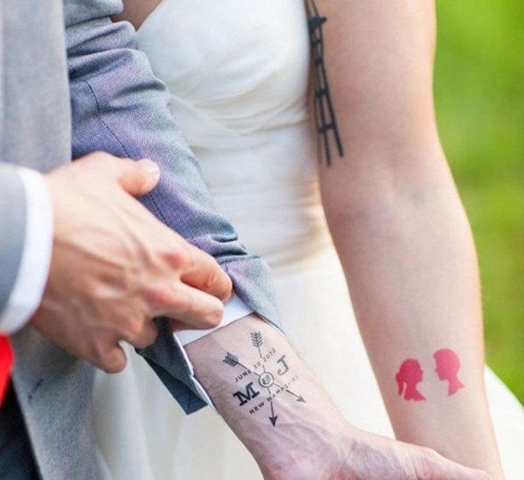 Tatuaggi fidanzati, tatuaggio polso mano, sposa con tattoo sull'avambraccio, tatuaggio frecce e lettere