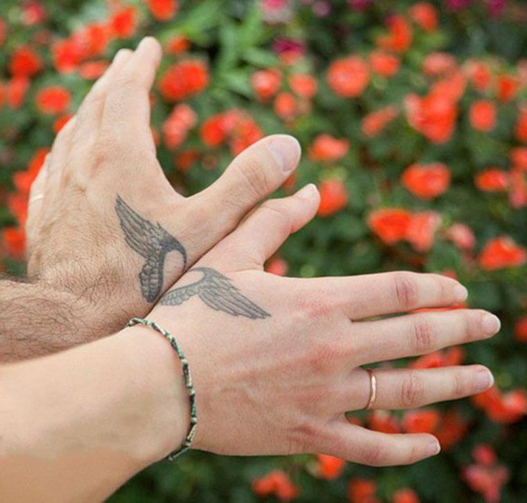 Tatuaggi da fare in coppia, disegno ali di angelo, tattoo cuore diviso sulle mani