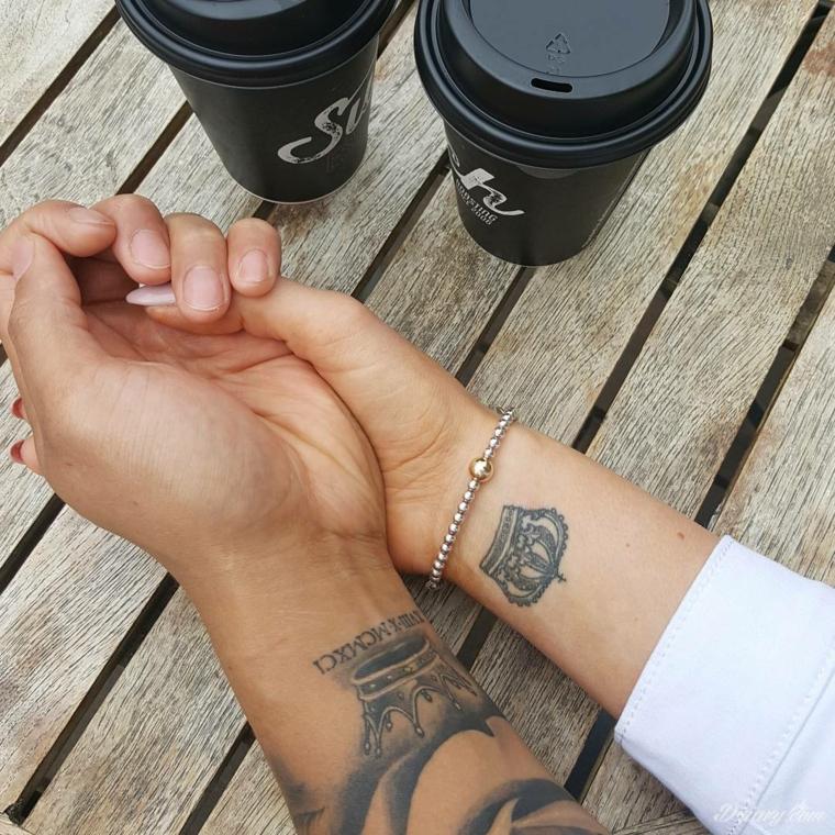 Tatuaggi significati amore, disegno tattoo polso della mano, disegno due corone, tatuaggio numeri romani