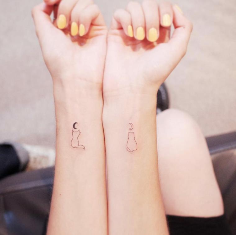 Tatuaggi da fare insieme, tatuaggio gatto, tatuaggio sul polso della mano, smalto colore giallo