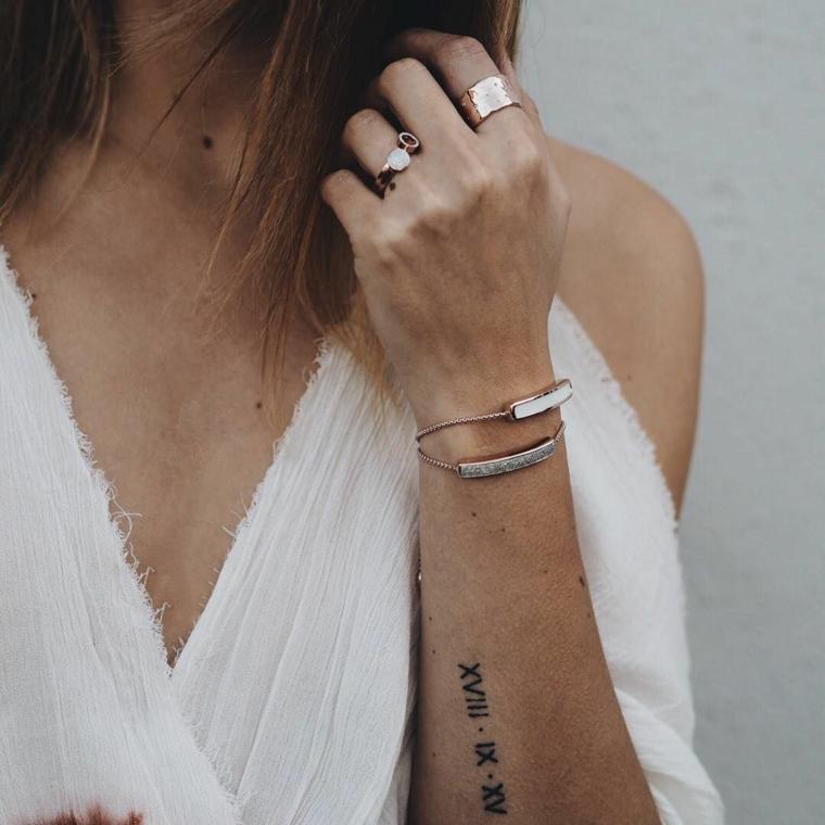 Scritte tattoo, tatuaggio sull'avambraccio, tatuaggio con numeri romani donna