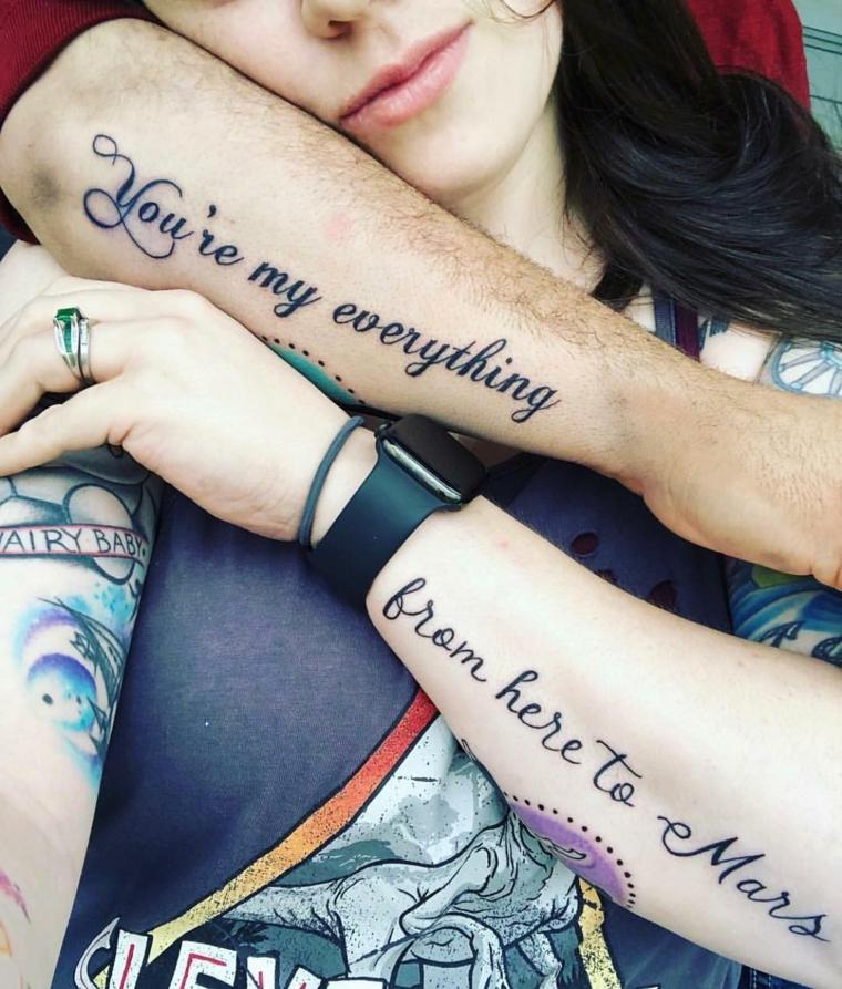 Tatuaggi fidanzati, scritta tattoo braccio, dedica d'amore sul braccio, uomo e donna abbracciati