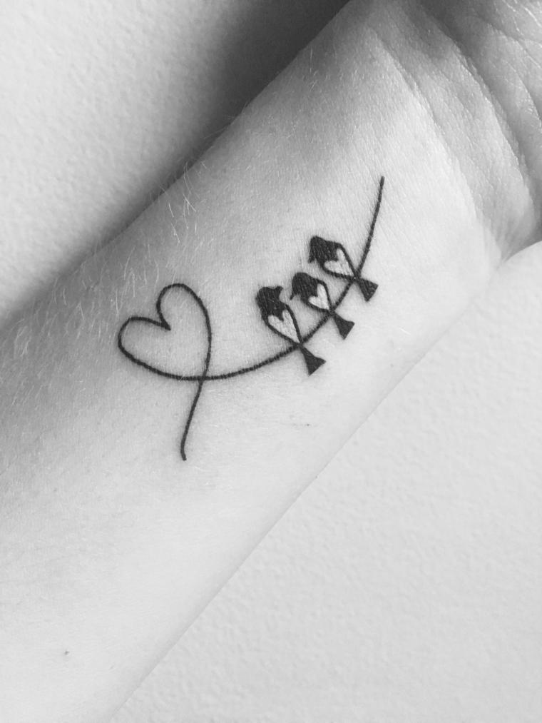 Tatuaggi femminili eleganti, tatuaggio sul polso della mano, disegno tattoo cuore e uccelli