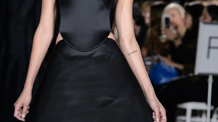 Tatuaggi braccio donne, tatuaggio con numeri romani, donna con abito nero