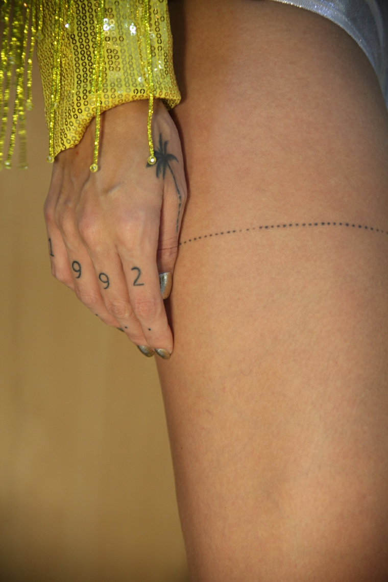 Tattoo sulle dita, tatuaggi significati profondi, giacca gialla con frange