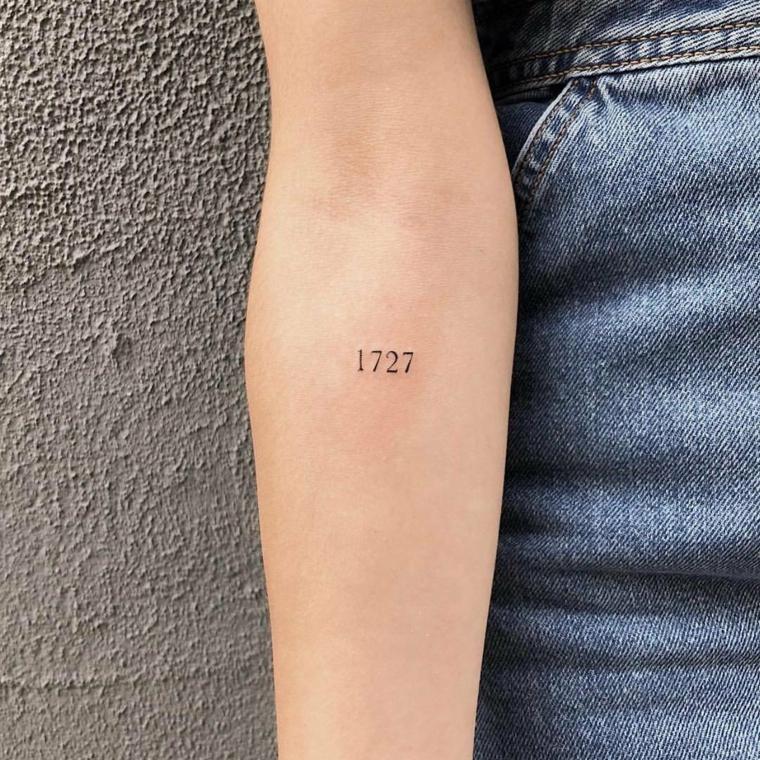 Tattoo stilizzati, tatuaggio anno 1727, tatuaggio sull'avambraccio donna