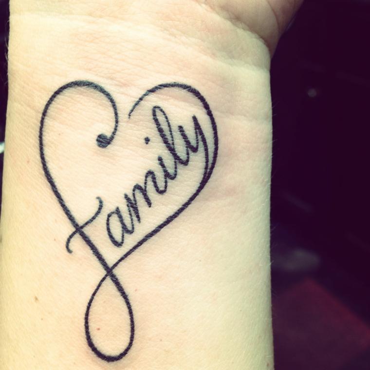 Tattoo polso della mano, disegno tatuaggio cuore e scritta, tatuaggi piccoli donna