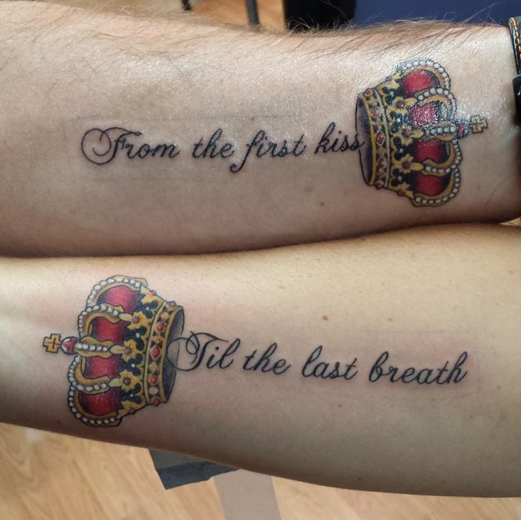 Tatuaggi di coppia, tatto sull'avambraccio con scritta, tattoo disegno corona