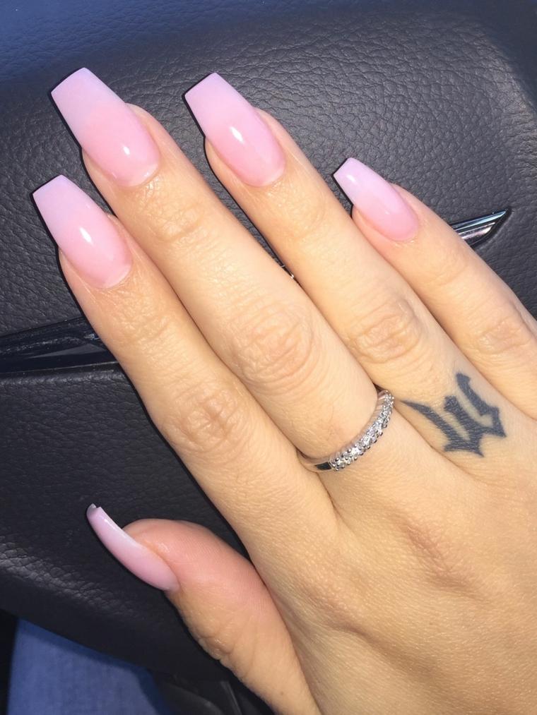 Dito con tatuaggio lettera, unghie ballerina, smalto rosa ombrè, manicure colore rosa