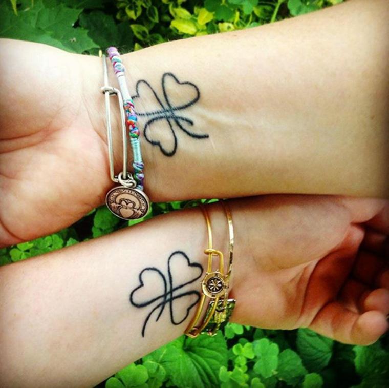 Tatuaggio polso della mano, disegno tattoo quadrifoglio, braccialetti di metallo, tatuaggi di coppia