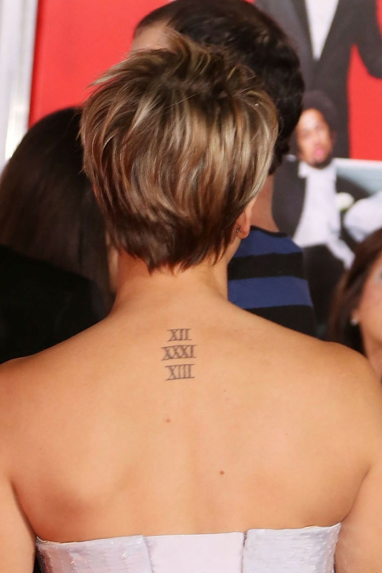 Scritte tattoo, tatuaggio con numeri romani, tattoo donna sulla schiena