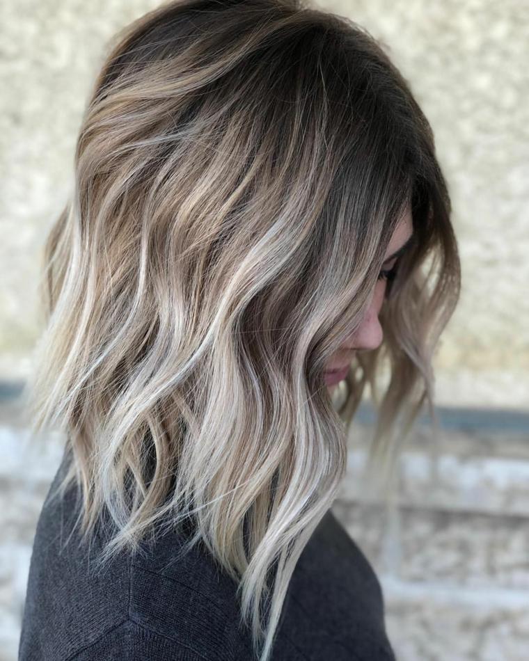 Shatush grigio, taglio capelli scalati, base colore nero e schiariture