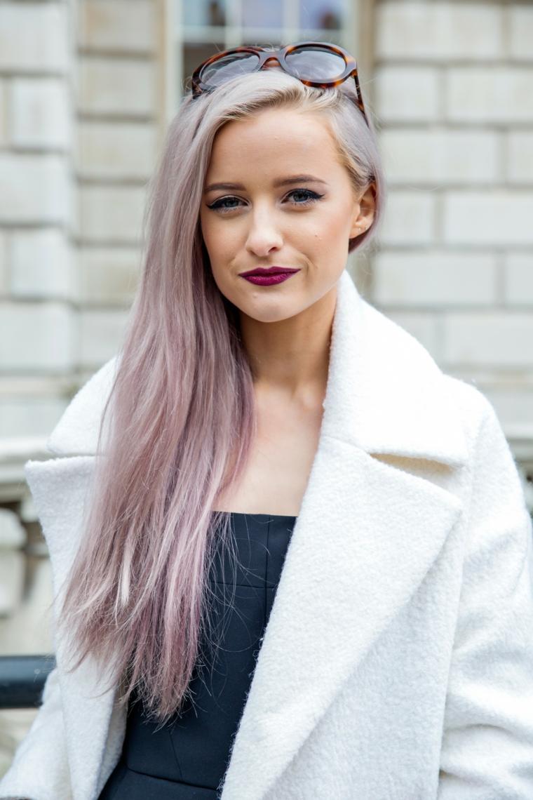 Come fare i capelli grigi, donna con capelli lunghi, sfumature capelli viola e grigio