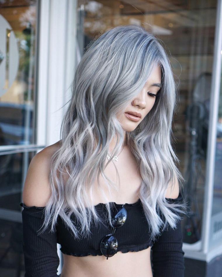 Capelli grigi shatush, acconciatura capelli lunghi mossi, ragazza con crop top nero