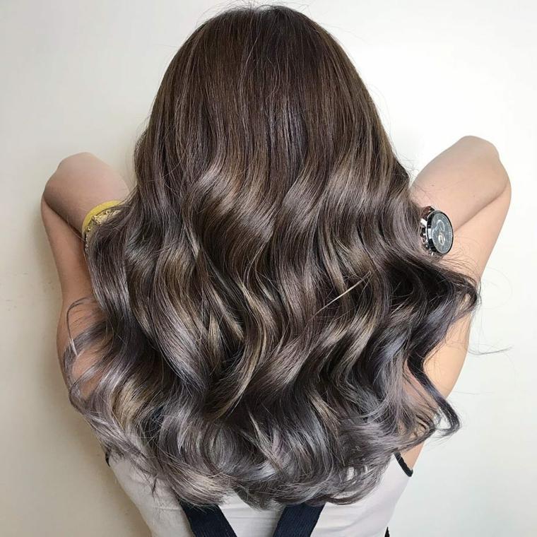 Pettinatura capelli ricci, capelli neri e grigi, taglio lungo pari con ricci