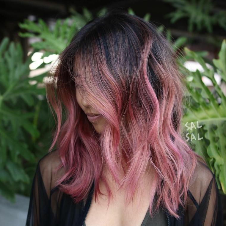 Acconciatura con onde morbide, ombrè colore rosa, capelli colorati sfumati