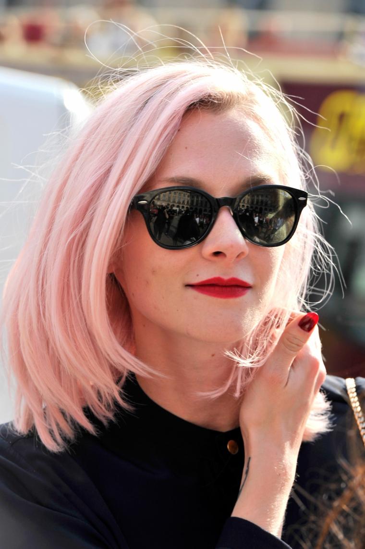 Tatuaggio sul polso, ragazza con occhiali da sole, taglio capelli caschetto, capelli rosa a chi stanno bene