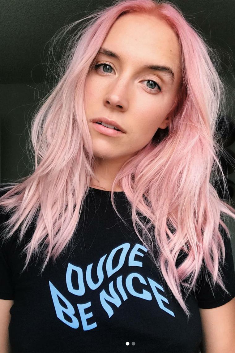Capelli rosa a chi stanno bene, ragazza con capelli rosa, taglio capelli scalato