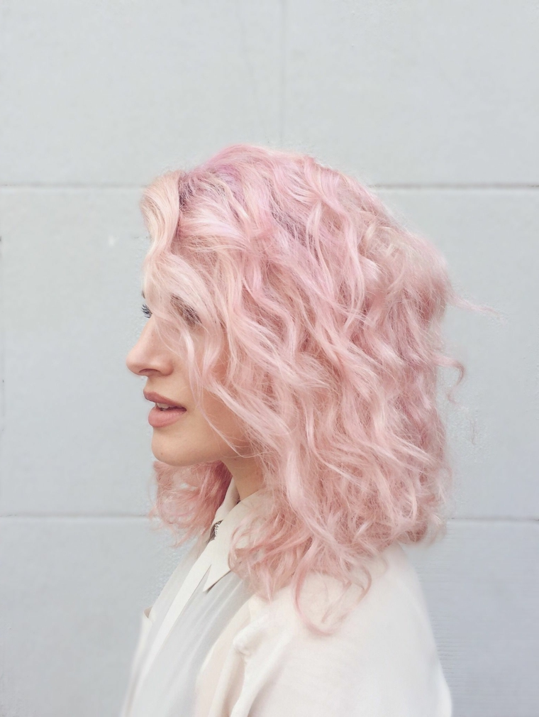 Shatush rosa, taglio capelli long bob, acconciatura capelli ricci, viso donna di profilo