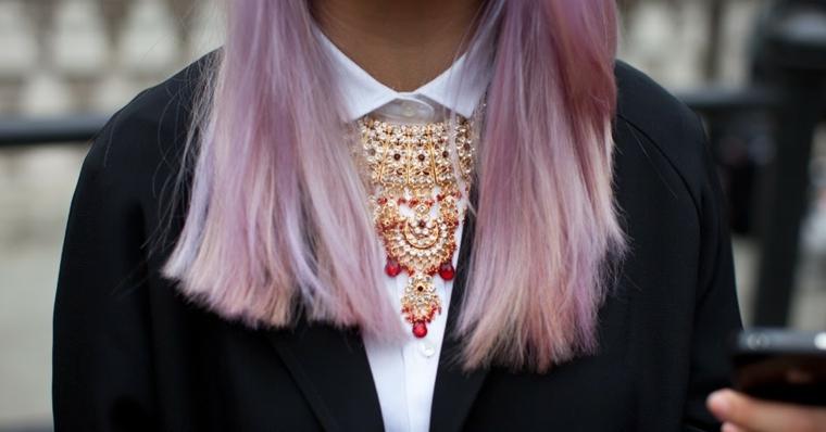 Ombrè colore viola rosa, tinta capelli rosa pastello, girocollo con ciondolo