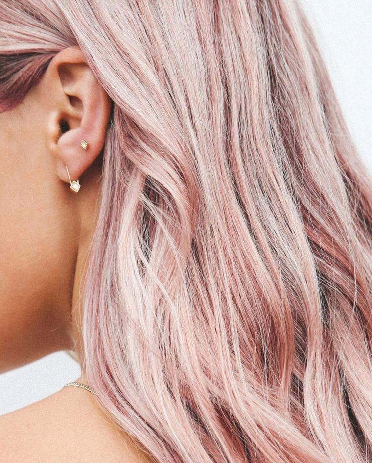 Shatush rosa, colorazione capelli di rosa, acconciatura capelli con onde, orecchini con brillantini