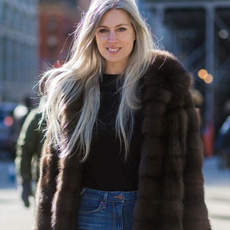 Tinta capelli grigio, donna con cappotto, capelli lunghi e biondi, abbigliamento street style con jeans