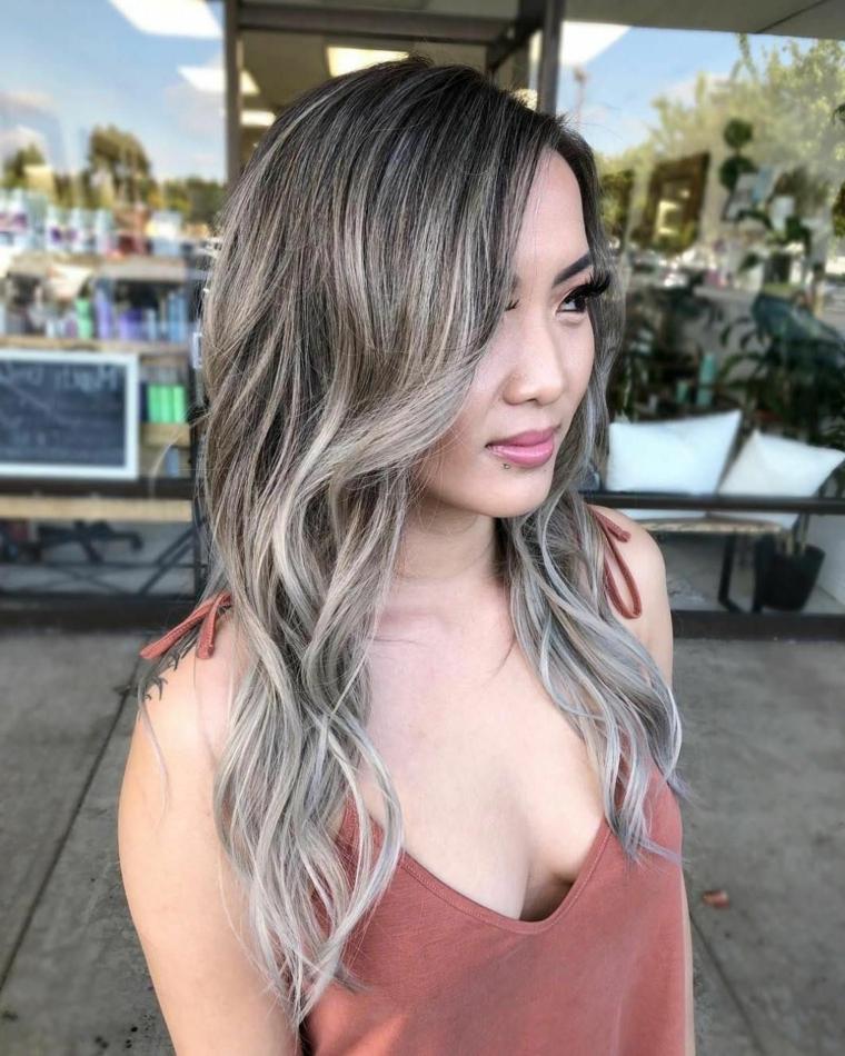 Come fare i capelli grigi, pettinatura capelli con onde, taglio lungo scalato