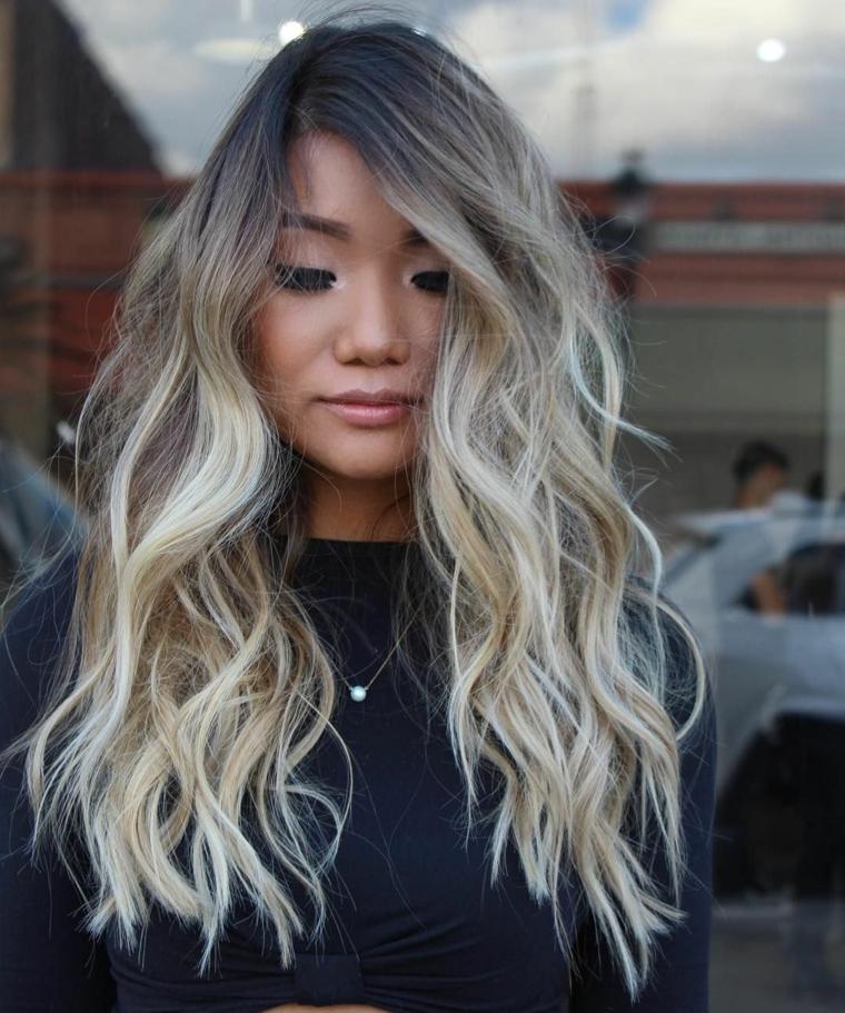Tinta capelli grigio cenere, capelli lunghi e ricci, piega capelli mossa, ciondolo con diamante