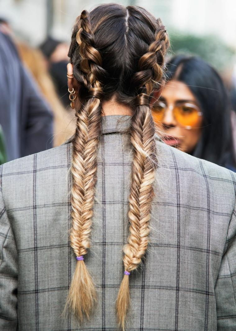 Donna con capelli biondo balayage, ragazza girata di spalle, due trecce alla francese