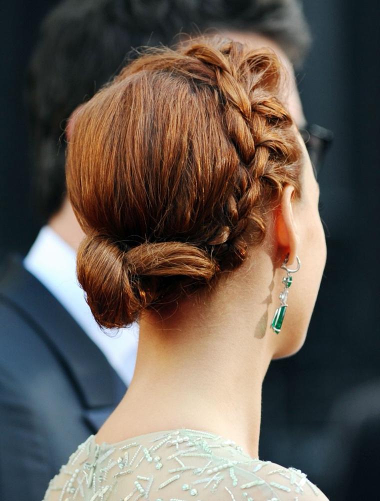 Capelli raccolti con treccia, treccia a corona, chignon basso legati, capelli di colore castano