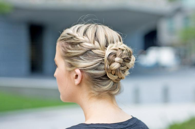 Piega capelli lunghi, raccolto con chignon, capelli biondi balayage, treccia e chignon