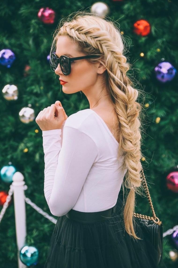 Donna con occhiali da sole, treccia a spina di pesce, capelli lunghi e biondi