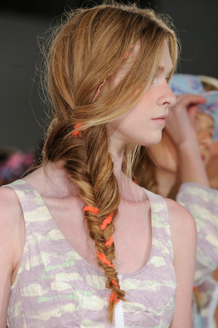 Treccia a spina di pesce, capelli donna colore biondo balayage, treccia con filo colorato