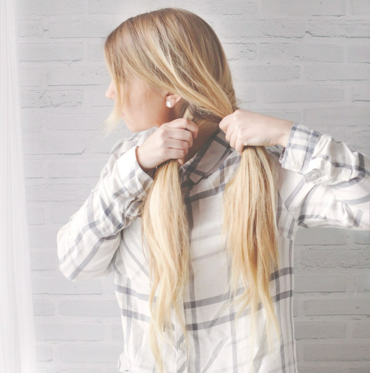 Acconciature con trecce, donna con capelli lunghi e biondi, tutorial per fare una treccia