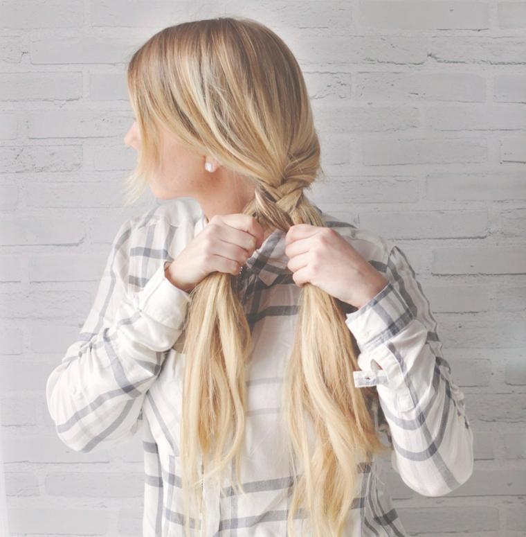 Acconciatura con treccia laterale, donna con capelli lunghi, tutorial per fare una treccia