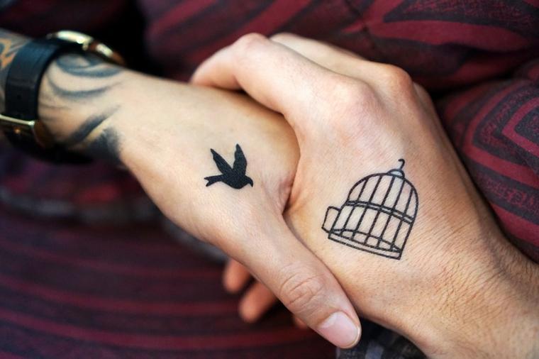Tatuaggio gabbia e uccello, Tatuaggi più belli, mani che si tengono, braccio tatuato donna