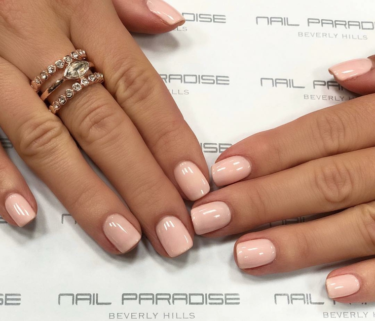 Smalto rosa pesca, manicure corta squadrata, unghie gel semplici, anello con brillantini