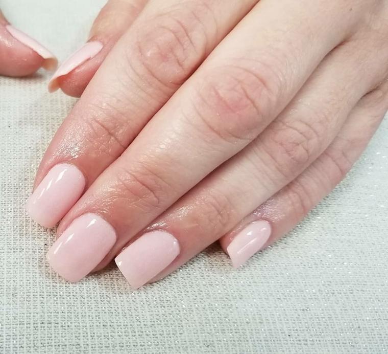 Unghie gel semplici, smalto colore rosa, manicure forma squadrata