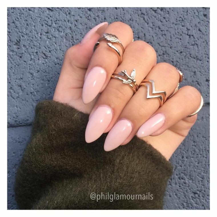 Unghie gel semplici, smalto di colore rosa, anelli in argento, unghie stiletto