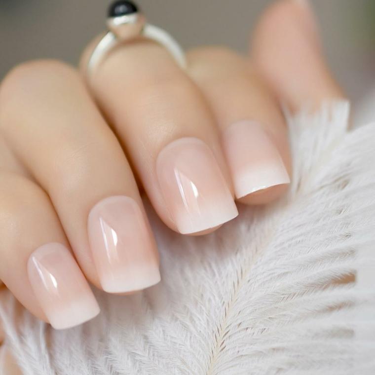 Smalto rosa ombrè, smalto rosa antico, unghie forma squadrata, anello con pietra colore nero