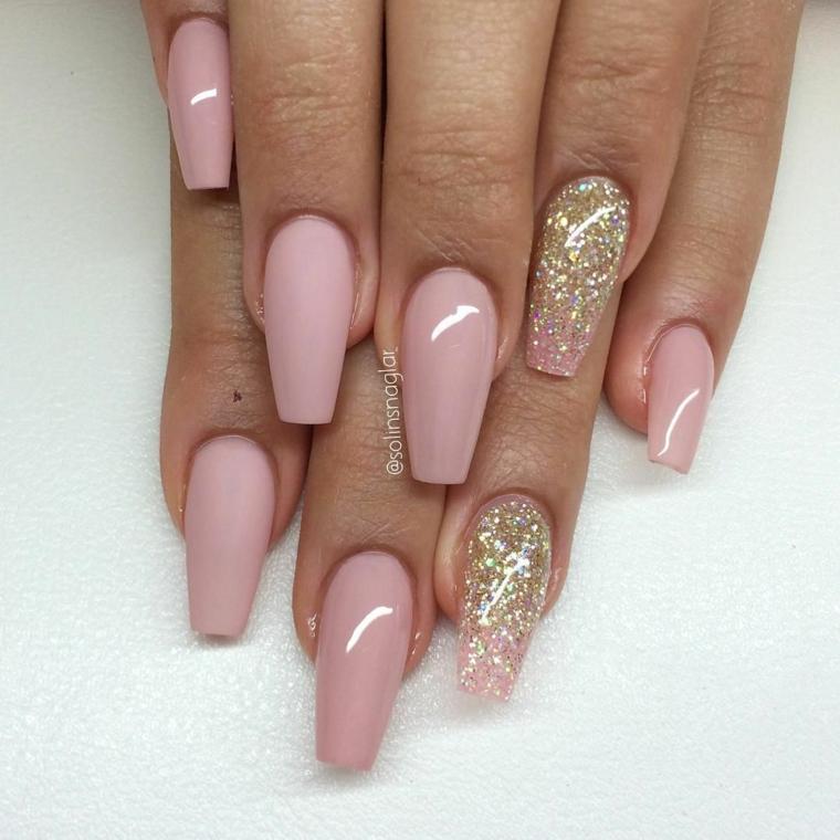 Unghie ballerina, accent nail smalto glitter oro, smalto rosa mat, unghie gel colore cipria