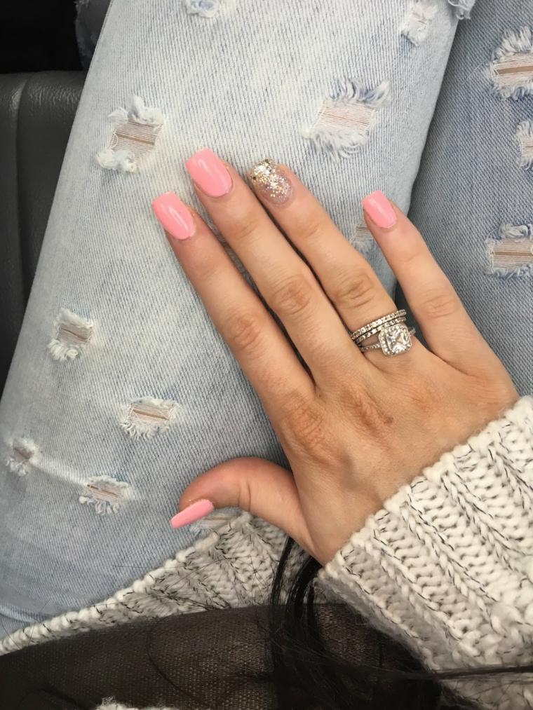 Immagini di unghie decorate, smalto colore rosa, accent nail argento glitter