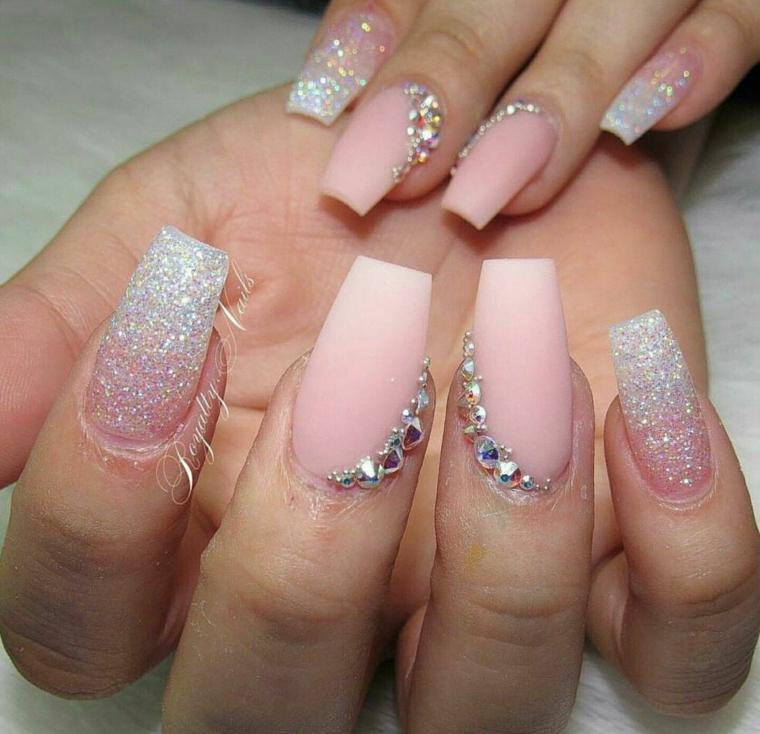 Unghie gel colore cipria, accent nail con brillantini, smalto rosa opaco ombrè