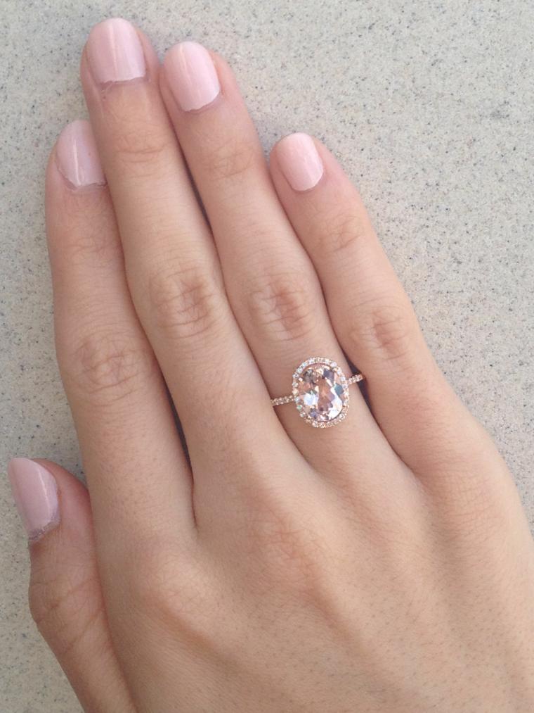 Unghie gel colorate, manicure smalto rosa, manicure unghie corte, anello con diamante