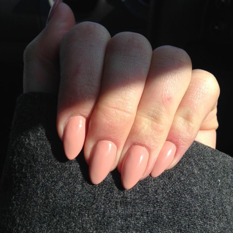 Smalto rosa pesca, unghie a mandorla, manicure semipermanente rosa