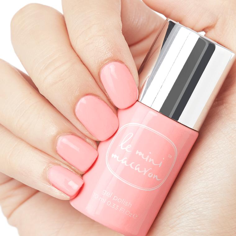 Smalto rosa chiaro, unghie a mandorla, smalto rosa antico, mano di una donna