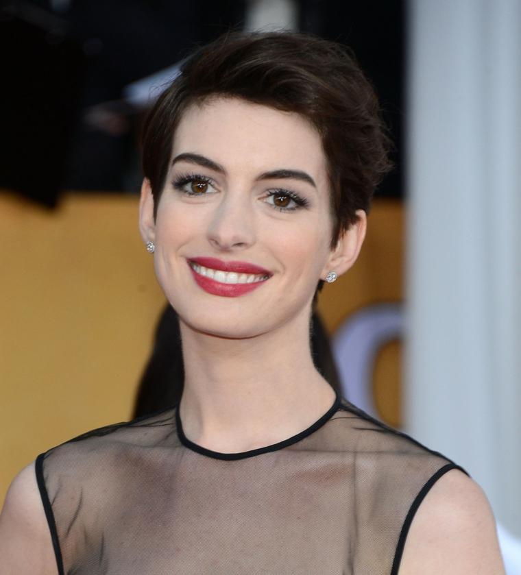 L'attrice Anne Hathaway, taglio capelli pixie, acconciature per capelli corti